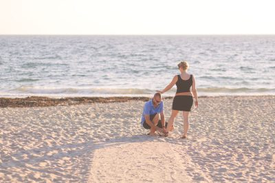 Séance photo futurs parents en Bretagne en bord de mer
