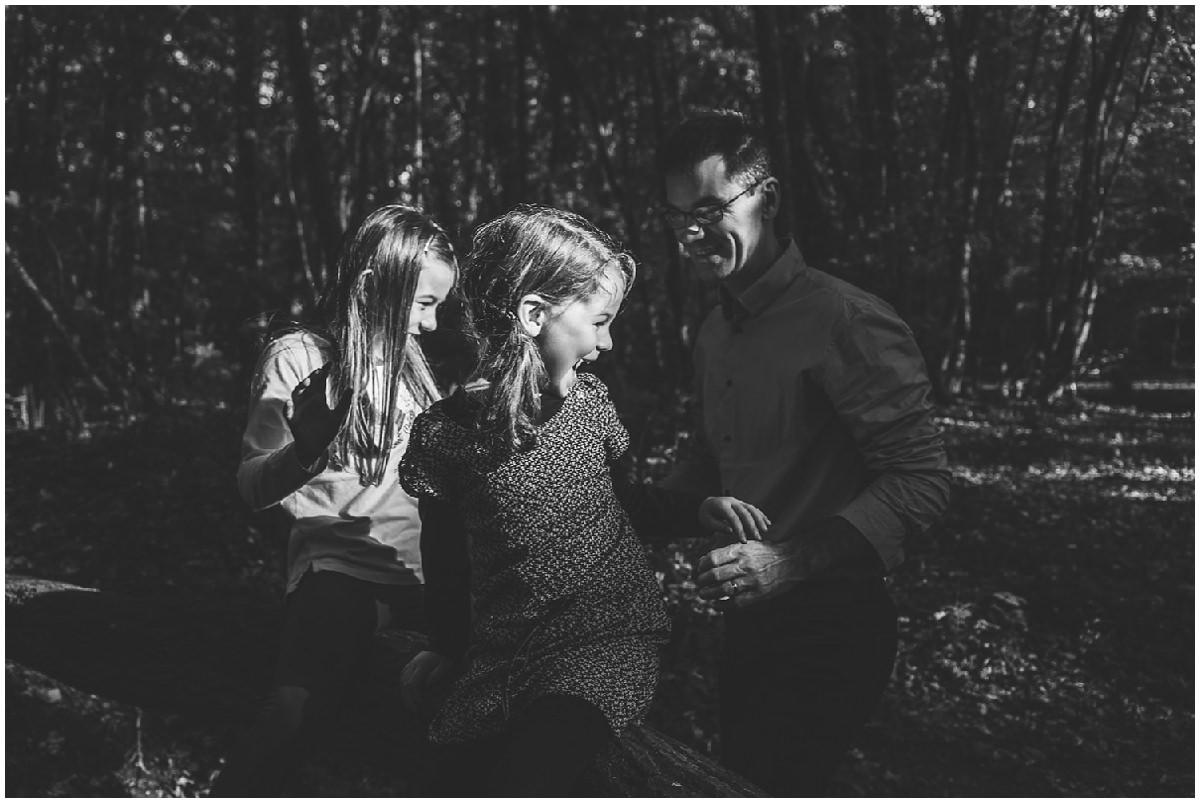 Séance photo en famille en forêt à l'automne